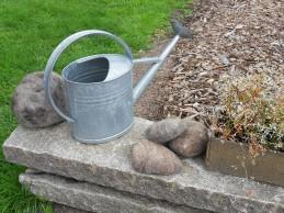 i trädgården- stenar av ull, vattenkanna itradgarden.se