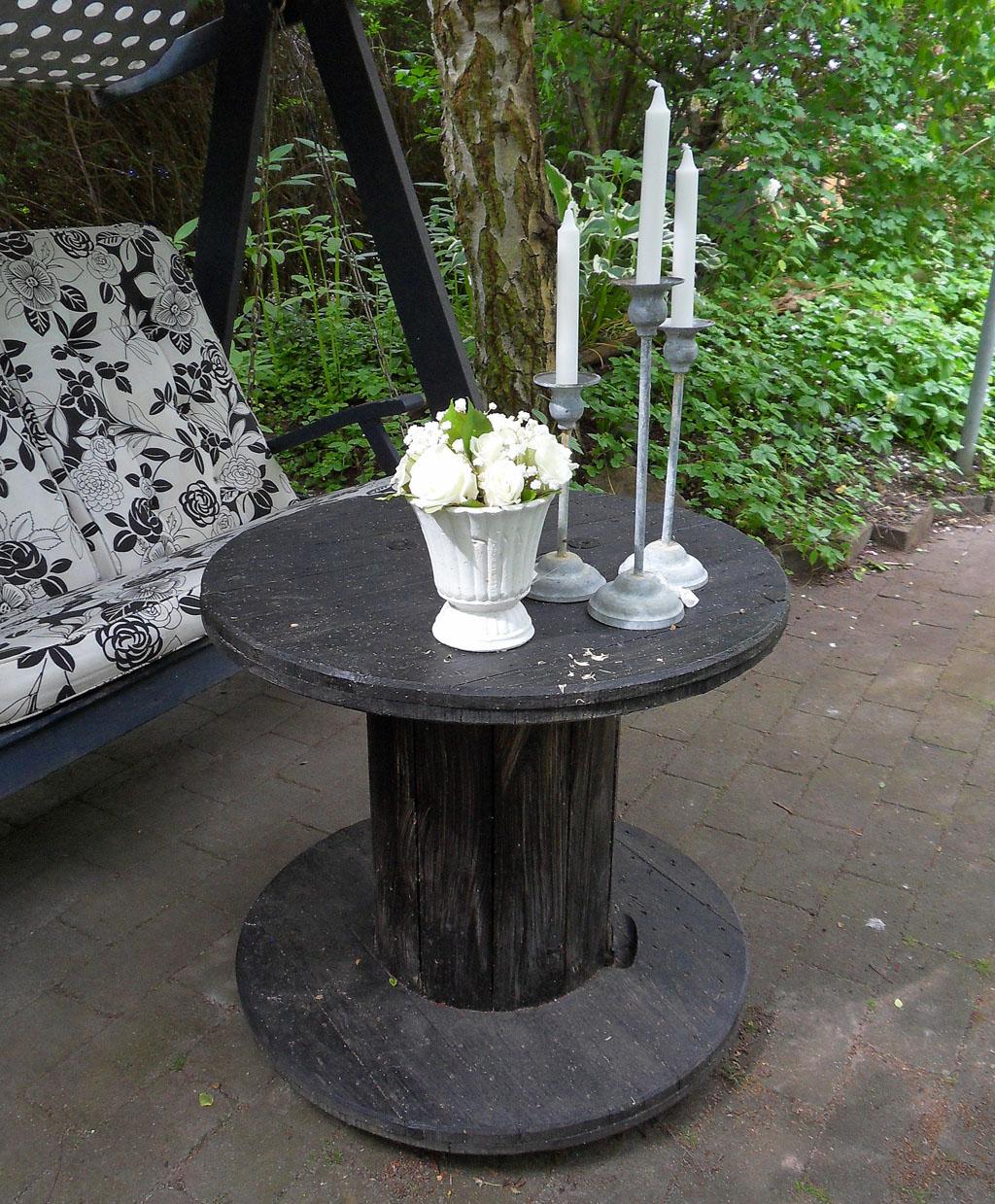 i Trädgården - bord av kabeltrumma, möbler, uteplats