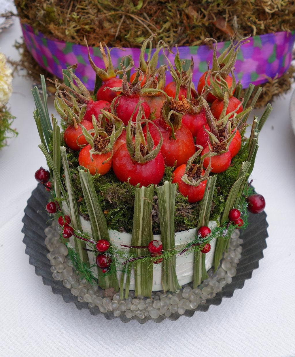 i Trädgården - grön tårta med nypon, dekoration, inspiration