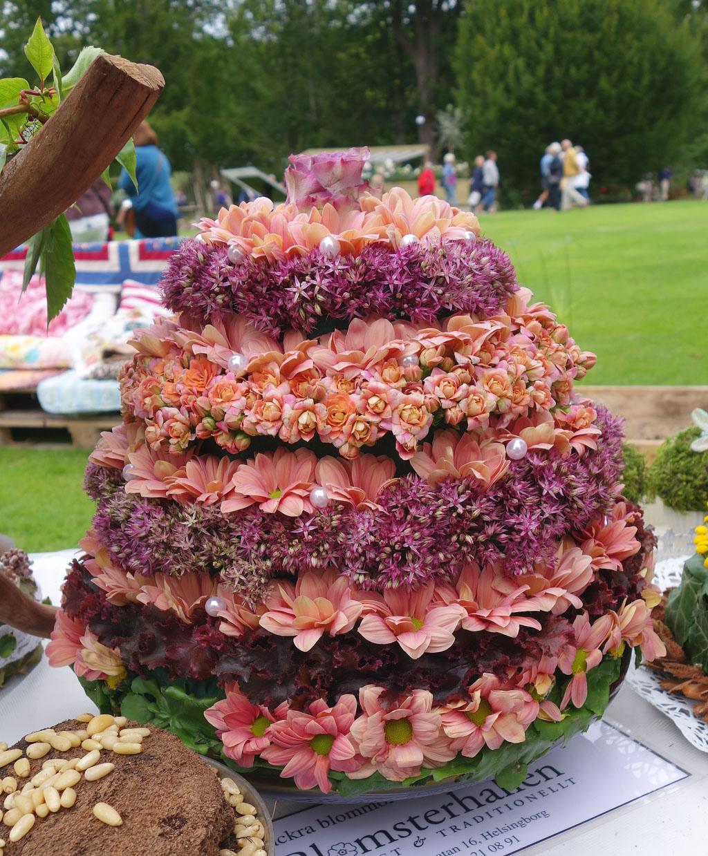 i Trädgården - blommande tårta i rosa, dekoration, inspiration, krysantemum, allium, höstglöd