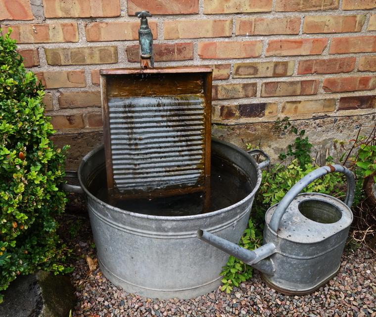 i trädgården - fontän i tvättbalja www.itradgarden.se