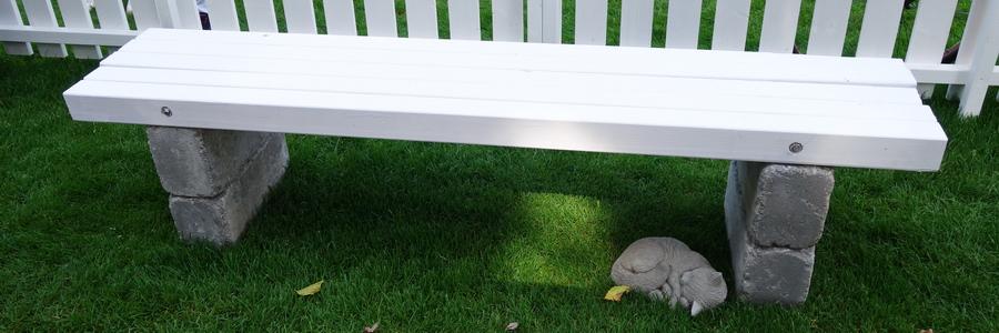 i trädgården - enkel bänk i trä och sten www.itradgarden.se
