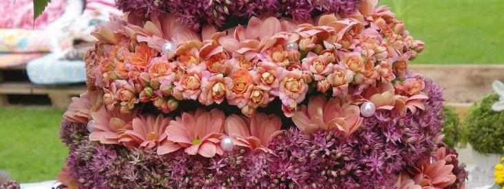 """<a href=""""http://itradgarden.se/den-stora-tradgardsdagen-pa-sofiero-2014/"""">Tårta av blommor med grön dekoration. Allium, våreld, kryssantemum.</a>"""