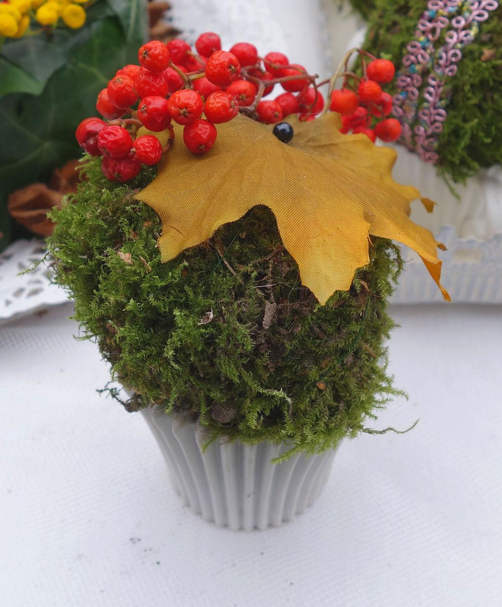 i Trädgården - mossig bakelse med dekorativa lönnbär